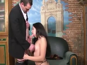 Cette salope adore les jeux de roles sexuels, elle a acceptée de se...