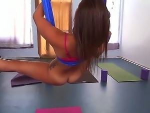 Kelsi Monroe does some hot exercise so that she would stretch her just shaved...