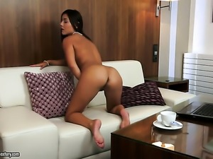 Brunette Iwia gets the pleasure from masturbating