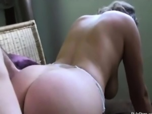 Big booty girlfriend doggystyle sex and cumshot