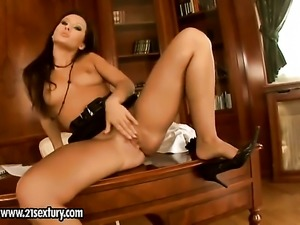 Blonde reaches satisfaction using nothing but her sex toy
