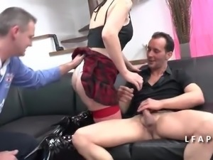 Mature libertine demontee en double penetration avec son mec