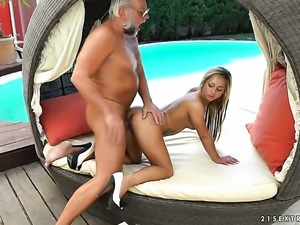 Blonde lets dude shove his erect love wand in her mouth