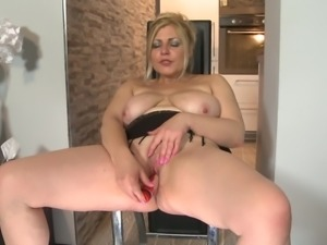 Older chunky woman from the Netherlands using a dildo