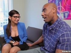 Black dude seduces sexy Mia Khalifa for a nice shag