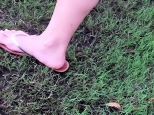 Slender amateur babe exposes her sexy feet in the outdoors